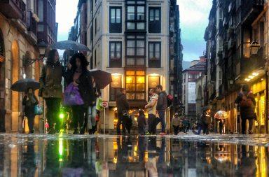Foto de la calle la cruz en Bilbao, Día de lluvias...