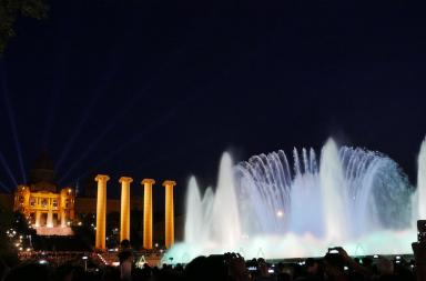 La belleza de la Fuente de Montjuic de noche