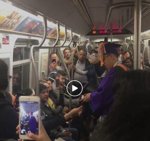 Un estudiante celebra en el metro su graduación por culpa de una avería